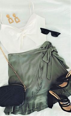 How cute is this khaki skirt! How cute is this khaki skirt! Look Fashion, Trendy Fashion, Fashion Outfits, Womens Fashion, Fashion Trends, Skirt Fashion, Fashion Ideas, Fashion Tips, Cute Casual Outfits