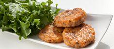 Hambúrguer de salmão  400 g de salmão fresco sem pele  1 ovo  3 colheres (sopa) aveia  1 cebola raladas  Sal e pimenta-do-reino a gosto