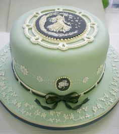 """♥""""Wedgwood"""" Cake, in the shape of a hat, really pretty."""