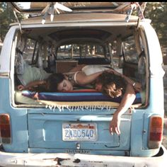 Surf, jam, live in a van! Sleeping rough can be fun and convenient when your surfing Volkswagen Transporter, Transporteur Volkswagen, Vw T1 Camper, Vw Caravan, Hippie Camper, Mundo Hippie, Van Vw, Vw Camping, Glamping