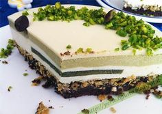 Torta con cremoso al pistacchio, mousse di ricotta e cioccolato bianco con cuore al pistacchio di Bronte