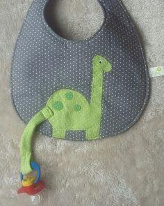 Que tal esse babador para o seu bebê que usa chupeta? Não vai ficar uma graça? Feito em tecido 100% algodão e manta acrilica,com patchcolagem de dinossauro. Leve junto o babador bandana e o paninho de boca de dinossauros e ganhe 10% de desconto!