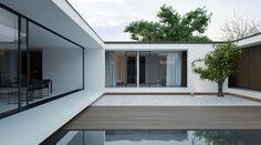 Piano house Mooie combinatie oversteken, glaswerk en hout. Tevens witte verhoogde rand met verlichting