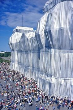 Wrapped Reichstag building, Berlin, Germany by Christo and Jeanne Claude Land Art, Christo Et Jeanne Claude, Running Fence, Nouveau Realisme, Paris In October, Instalation Art, Urbane Kunst, Environmental Art, Art Design