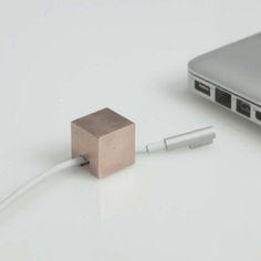 bronze cable holder(by Kebei Li)// 의외로 노트북을 집에서 사용하다 이동하려할때 랜선이라던가 충전기 선을 뽑는 순간 책상밑으로 주르륵 곤두박질 치기 일수인데, 시중에 나온 플라스틱제질의 저렴한것과는 다르게 인테리어의 일부분이 될 수 있을것 같은 고급스럽고 좋은 느낌이 들어 핀.