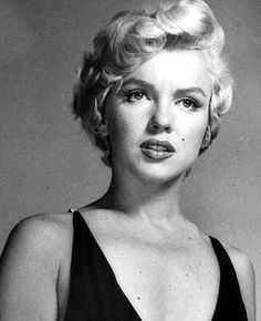Pic by Philippe Halsman. Cinema Tv, Marilyn Monroe Photos, Classic Actresses, Norma Jeane, Star Wars, Up Girl, Portrait, Old Hollywood, American Actress