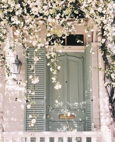This time last year in beautiful Savannah, Georgia (we .- Dieses Mal im letzten Jahr im schönen Savannah, Georgia (wir drehten unsere Jul… This time last year in beautiful Savannah, Georgia (we shot our Julia E … - Savannah Georgia, Savannah Chat, Flower Aesthetic, Pink Aesthetic, Photo Wall Collage, Picture Wall, Belle Villa, Jolie Photo, Spring Colors