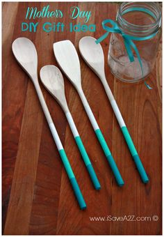 Painted Wooden Spoons Gift Idea that's perfect for Mother's Day! Wooden Spoon Crafts, Wooden Spoons, Wooden Diy, Wood Crafts, Diy Mothers Day Gifts, Gifts For Kids, Diy Gifts, Diy Arts And Crafts, Fun Crafts