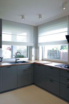 Kitchen Room Design, Kitchen Cabinet Design, Living Room Kitchen, Kitchen Blinds, Kitchen Curtains, Küchen Design, House Design, Kitchen Window Treatments, Modern Kitchen Cabinets