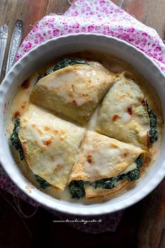 Ricotta and spinach crepes, tasty and stringy (Quick recipe) Italian Recipes, Vegan Recipes, Cooking Recipes, Crespelle Recipe, Cannelloni Ricotta, My Favorite Food, Favorite Recipes, Confort Food, Crepe Recipes