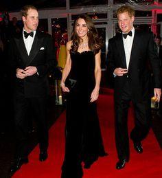 Kim demiş siyah sıkıcıdır diye? Kate, nefis bir kadifeden yapılmış bu straples Alexander McQueen içinde ışıldıyor. Bir prensle evlemeseydi herhalde film yıldızı olarak önü açık olurdu! - Kate Middleton'ın Abiye Stili - Elsa & Bambi Blog - http://www.elsaandbambi.com/blogs/news/92911489-kate-middleton-davetlerde-dusesin-abiye-stili