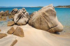 Baja Trinità liegt genau genommen nicht mehr Sardinien, sondern auf der Nachbarinsel Maddalena. Sardinia Italy, Destinations, Beach Scenes, Beautiful Islands, Snorkeling, Travel Around, Trip Planning, Places To See, Mount Rushmore