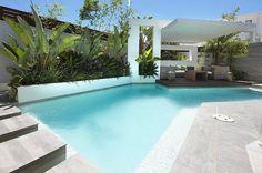piscine moderne, dallage gris, aménagement exotique