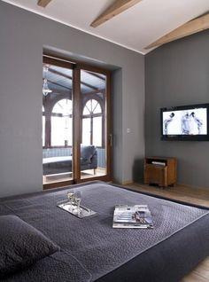 Schlafzimmer Modern Dachboden Graue Wandfarbe Holztürrahmen