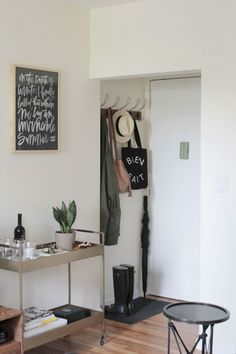 28 Small Apartment Decorating Ideas for Couple - Homemainly Affordable Apartments, Couples Apartment, Small Entryways, Apartment Entrance, Small Apartment Entryway, Affordable Apartment Decor, Entrance Decor, Bedroom Decor, First Apartment Decorating