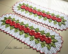 Jogo De Passadeiras Floral Vermelho                                                                                                                                                                                 Mais Crochet Doilies, Crochet Flowers, Crochet Table Runner, Crochet Kitchen, Cute Crochet, Table Covers, Christmas 2019, Floor Rugs, Table Runners