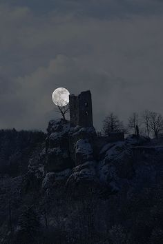 Moon rise over castle ruins Moon Shadow, Stars Night, Stars And Moon, Espanto, Image Nature, Shoot The Moon, Moon Pictures, Moon Magic, Moon Rise