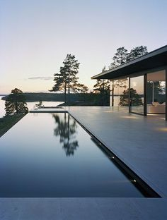 Villa Överby by John Robert Nilsson Sublime swimming pool Houses Architecture, Architecture Design, Beautiful Architecture, Design Exterior, Interior And Exterior, Door Design, Modern Lake House, Moderne Pools, Swimming Pool Designs