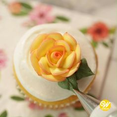 Watch and learn how to pipe a buttercream buttercream rose! this technique can also be done in royal icing for longer lasting flowers. Adding roses to your cakes and cupcakes makes for a beautifully. Cake Decorating Videos, Cake Decorating Techniques, Cookie Decorating, Cupcake Frosting Techniques, Cake Piping Techniques, Buttercream Techniques, Decorating Ideas, Decor Ideas, Pretty Cakes