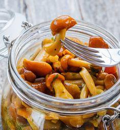 Funghi sott'olio: ricetta e consigli per prepararli Marinated Mushrooms, Stuffed Mushrooms, Fruits And Vegetables, Veggies, Arancini, Pickle Jars, Romanian Food, Antipasto, Cakes And More