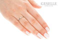 Klasyczny pierścionek z białego, 14-karatowego kruszcu z najprawdziwszym brylantem - GRAWER W PREZENCIE | PIERŚCIONKI ZARĘCZYNOWE \ Brylant \ Białe złoto od GESELLE Jubiler