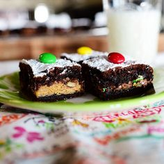 Crazy Brownies by Ree Drummond / The Pioneer Woman - The middle layer is a whollotta candy! Yummy doesn't begin to describe this extremely indulgent brownie. Ree Drummond, Köstliche Desserts, Delicious Desserts, Dessert Recipes, Yummy Food, Party Recipes, Tasty Kitchen, Yummy Treats, Sweet Treats