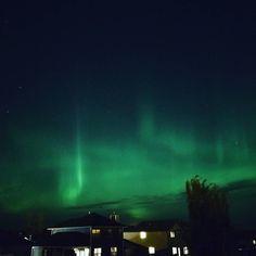 Breathtaking aurora vistas from my deck again tonight. F1.7 ISO 400 10sec  #auroraborealis #northernlights #sobeautifulhere #chargeduplabradorite #northerngirl #albertacanada #s8photography #smartphone_photos