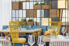 Colorido mobiliario en el nuevo restaurante Alabastro.