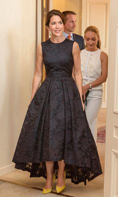 BLACK ROYAL FASHION Crown Princess Mary of Denmark wore the popular H&M dress to the Copenhagen Fashion Summit on Thursday. Affordable Dresses, Elegant Dresses, Pretty Dresses, Beautiful Dresses, Mom Dress, Dress Up, Dress Skirt, Mother Of Groom Dresses, Royal Dresses