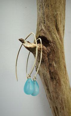 Geelgouden oorhangers met blauwe chalcedoon