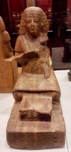 Neferrenpet, intendente y copero del faraón, delante de un cuenco de ofrendas. Antiguo Egipto. Cuarcita. Louvre.