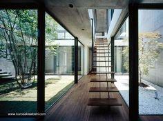 Un corredor central conduce por la escalera a la planta superior y a nivel del suelo al otro volumen de la casa
