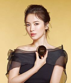 Sulwhasoo Interview with Brand Muse - Song Hye Kyo In this video, Sulwhasoo's brand muse - Song Hye Kyo speaks about the brand and the qualities it stands for. About Sulwhasoo Inspired by the ulti. Korean Beauty, Asian Beauty, Song Hye Kyo Style, Muse Songs, Korean Makeup Brands, Justin Bieber Posters, Songsong Couple, Kim Tae Hee, Interview Style