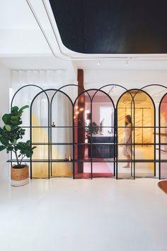 5 deco ideas with a wooden ladder - HomeDBS Grey Interior Doors, Interior And Exterior, Interior Plants, Corporate Interiors, Office Interiors, Design Interiors, World Of Interiors, Commercial Design, Commercial Interiors
