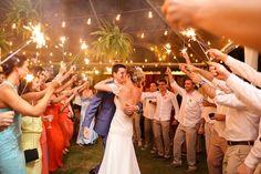 Sparkles acesos durante a dança dos noivos.