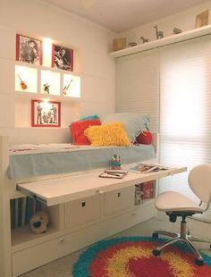 Cama suspensa, com gavetas inferiores e mesa de estudo retrátil, layout funcional