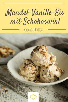 Mandel-Vanille-Eis mit Schokoswirl - das perfekte Eis, wenn man nicht zwischen Vanille und Schokoladeneis entscheiden kann. Cremiges Vanilleeis wird mit einem Strudel aus dunkler Schokolade unterzogen und mit gerösteten Mandeln verfeinert.