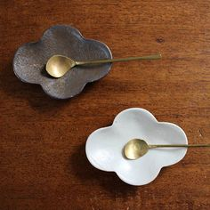 Cloud shaped plates I like the funky spoons Ceramic Spoons, Ceramic Tableware, Ceramic Clay, Porcelain Ceramics, Japanese Ceramics, Japanese Pottery, Pottery Plates, Ceramic Pottery, Earthenware