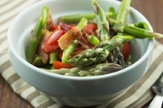 Lightly cooked asparagus is perfectly complemented by tomatoes, onions and bacon in our paleo Asparagus Salad recipe that can easily be modified for vegan Paleo Salad Recipes, Detox Recipes, Healthy Recipes, Detox Foods, Paleo Food, Snacks Recipes, Asparagus Salad, Asparagus Recipe, Cooked Asparagus