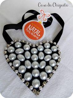 Maxi colar coração! Feito com chatons pérolas, e strass, sua base é feita de feltro e para amarrar, fita de cetim, detalhe, na ponta da fita para dar um acabamento mais delicado, chatons pérolas. R$45,90