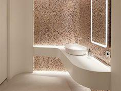 miroir éclairant salle de bain avec mosaique en rose et blanc zone lavabo illuminée en dessous