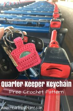 Crochet Purses Patterns Aldi Quarter Keeper {FREE Crochet Pattern} - Oh Aldi, how I love you and your rental carts. A Quarter Keeper Keychain! A FREE crochet pattern! Love Crochet, Bead Crochet, Crochet Gifts, Crochet Purse Patterns, Crochet Shell Stitch, Crochet Keychain, Crochet Handbags, Crochet Accessories, Crochet Projects