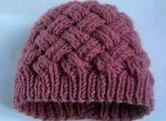 Шапочка двухсторонним плетеным узором. Женская шапка с плетёным узором спицами