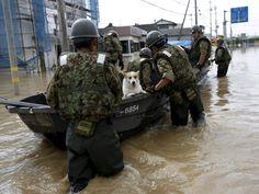 Cão é resgatado por soldados após inundação de rio no Japão (Foto: REUTERS/Issei Kato)