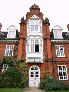 Newnham College, Cambridge by Basil Champneys, with gardens by Gertrude Jekyll. English Architecture, Classic Architecture, Victorian Architecture, Interior Architecture, Honeymoon Night, University Architecture, Praise The Sun, English Manor, Queen Anne