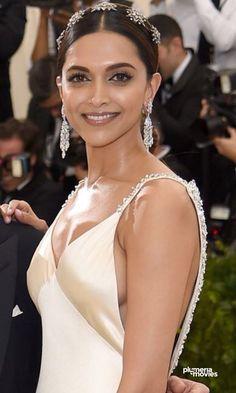 Deepika Padukone at Met Gala 2017 Red Carpet Stills Bollywood Actress Hot Photos, Bollywood Girls, Beautiful Bollywood Actress, Most Beautiful Indian Actress, Beautiful Actresses, Actress Photos, Beautiful Models, Indian Celebrities, Bollywood Celebrities