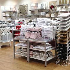 REYKJAVIK-torkkupeittoja ja SEL DE MER -tyynyjä Kuopion myymälässä.