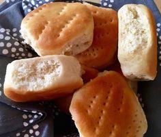 Tan tiernitos y esponjosos que ni bien salen del horno son una tentación, estos pancitos llamados figacitas son los típicos panes de manteca que podemos disfrutar solos o también los podés rellenar para hacer sandwiches para cualquier ocasión o evento.Ingredientes para 2 docenas aproximadamente:Manteca pomada 50 gramosMiel una cucharadaAzúcar 1 cucharaditaSal 1 cucharaditaHarina común