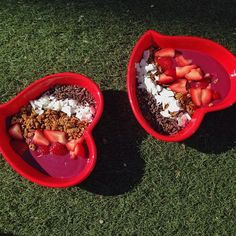 One for me, one for @worldwanderlust: #acataya (açaí + Pitaya) bowls in @heartbowl after a little breezy yoga flow to salute the sun at Bryan Park. Putting my @stralanyc yoga guide skills in action + vibing high with the incredibly beautiful inside out Brooke = best Saturday morning! Follow me on snapchat for more  brkfstcriminals