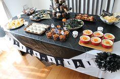 まっくろくろすけがいっぱい!モノトーンのおしゃれ可愛いハロウィンパーティー演出   Happy Birthday Project - Part 2 Table Decorations, Halloween, Happy, Halloween Stuff, Dinner Table Decorations, Center Pieces, Happiness